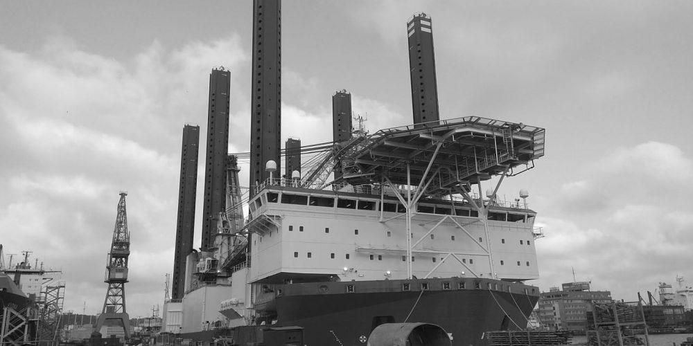 Prace na specjalnym statku – platformie pływającej – w jednej z polskich stoczni